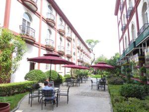 Dong Fang Hotel: courtyard