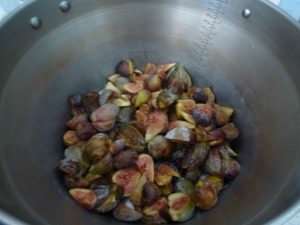Cut figs into quarters